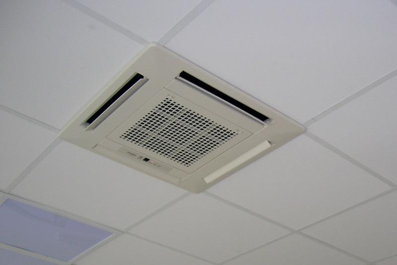 Klimatyzacja kasetonowa w biurze