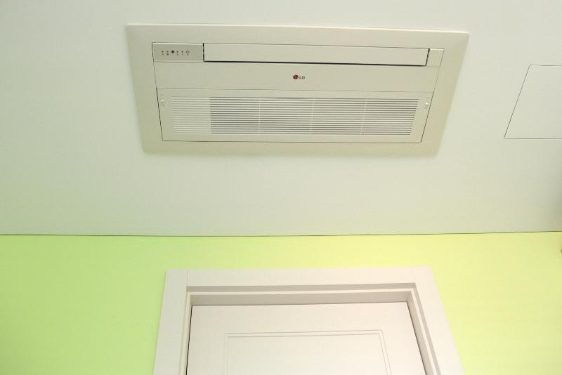 Klimatyzator nad drzwiami w mieszkaniu